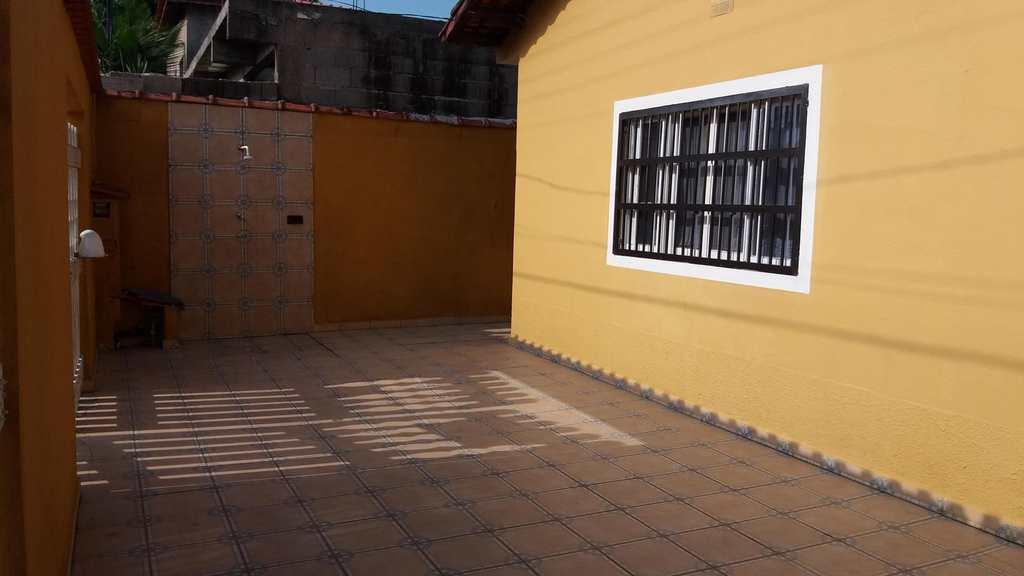 Casa em Mongaguá, no bairro Jardim Samoa