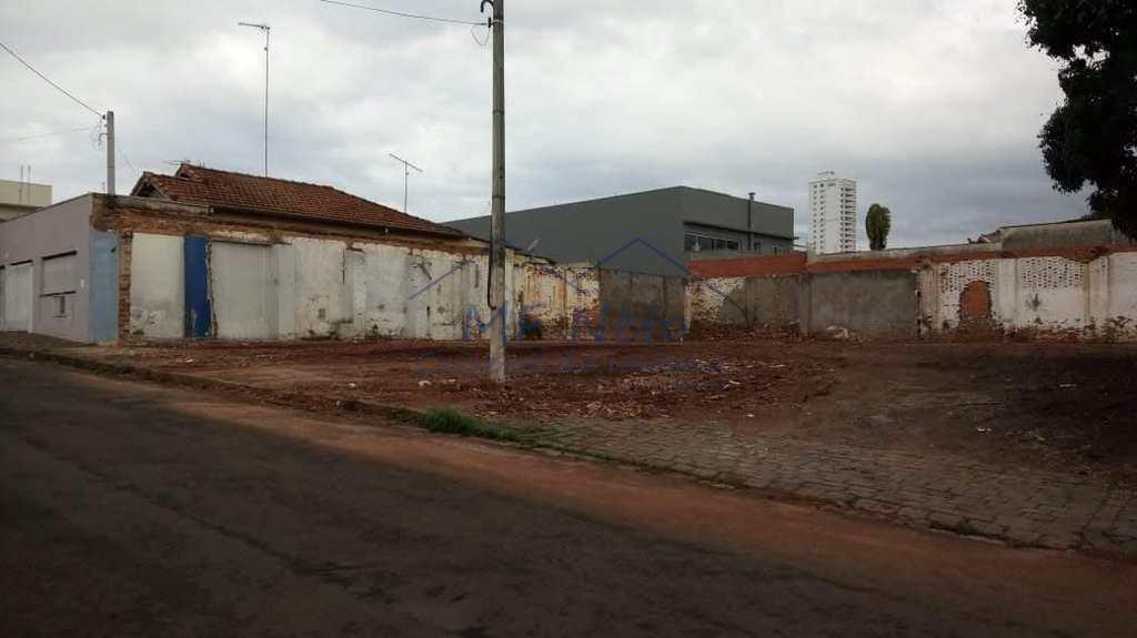 Terreno Comercial em Pirassununga, no bairro Centro