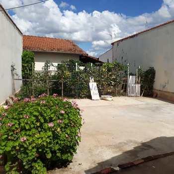 Casa em Pirassununga, bairro Vila Braz