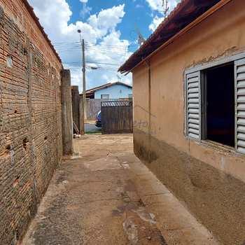 Casa em Pirassununga, bairro Jardim São Lucas