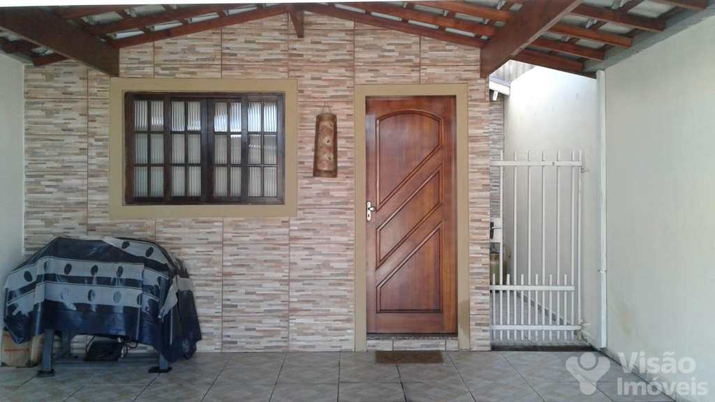 Casa em Pindamonhangaba, bairro Mombaça