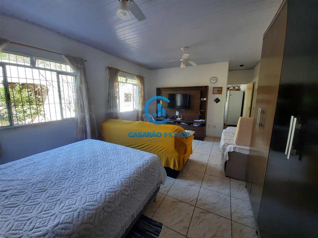 Casa em Caraguatatuba, no bairro Canta Galo