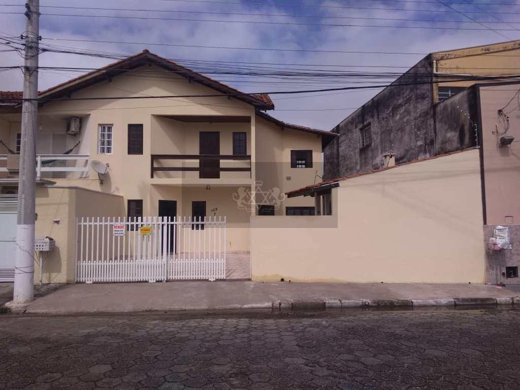 Sobrado em Caraguatatuba, no bairro Caputera
