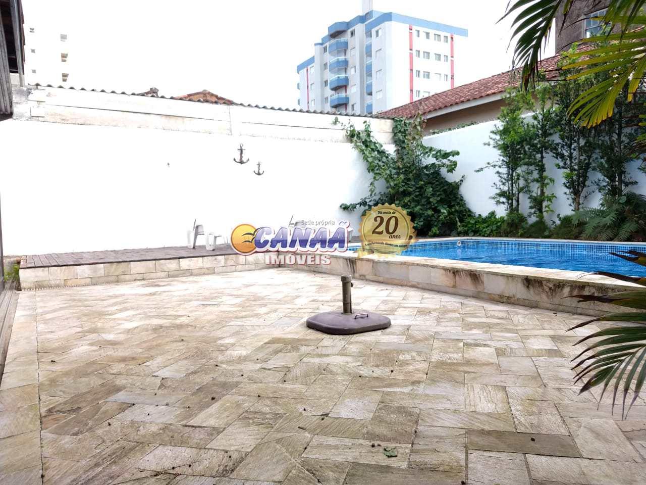 Casa com piscina na praia Mongaguá  R$ 350 mil