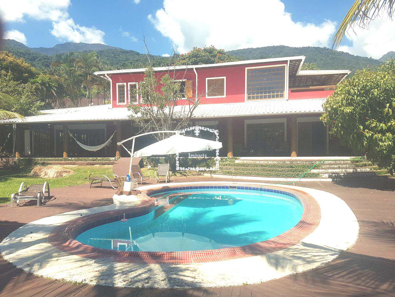 Casa com piscina de água natural da cachoeira, lago de peixe