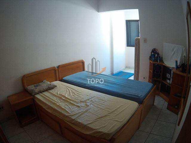 Amplo apartamento no bairro do Boqueirão, com dependência, vaga demarcada e ao lado da praia!