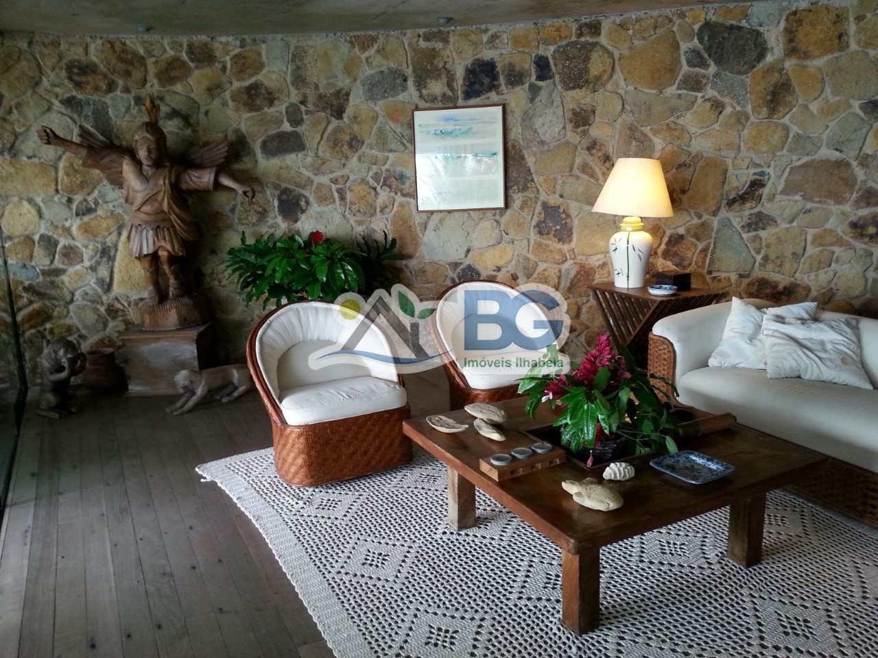 Casa em Ilhabela de alto padrão em costeira com pier e poita.