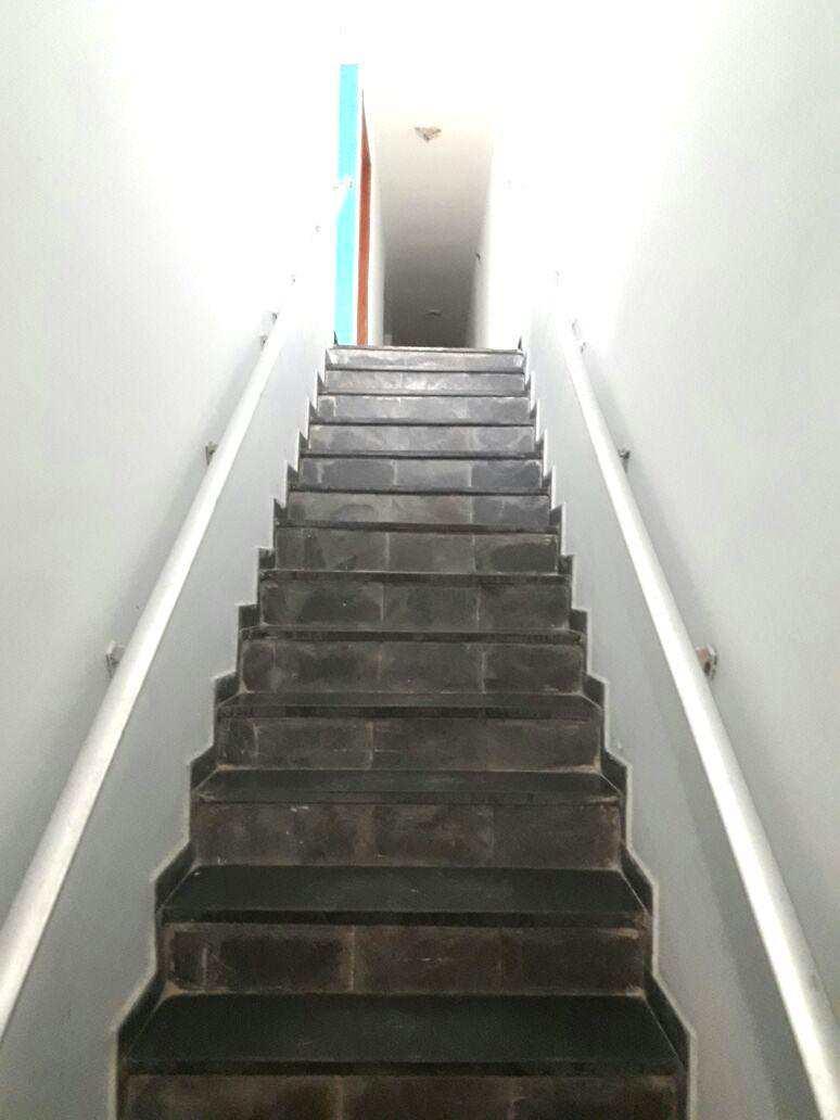 A. Escada de acesso (1)