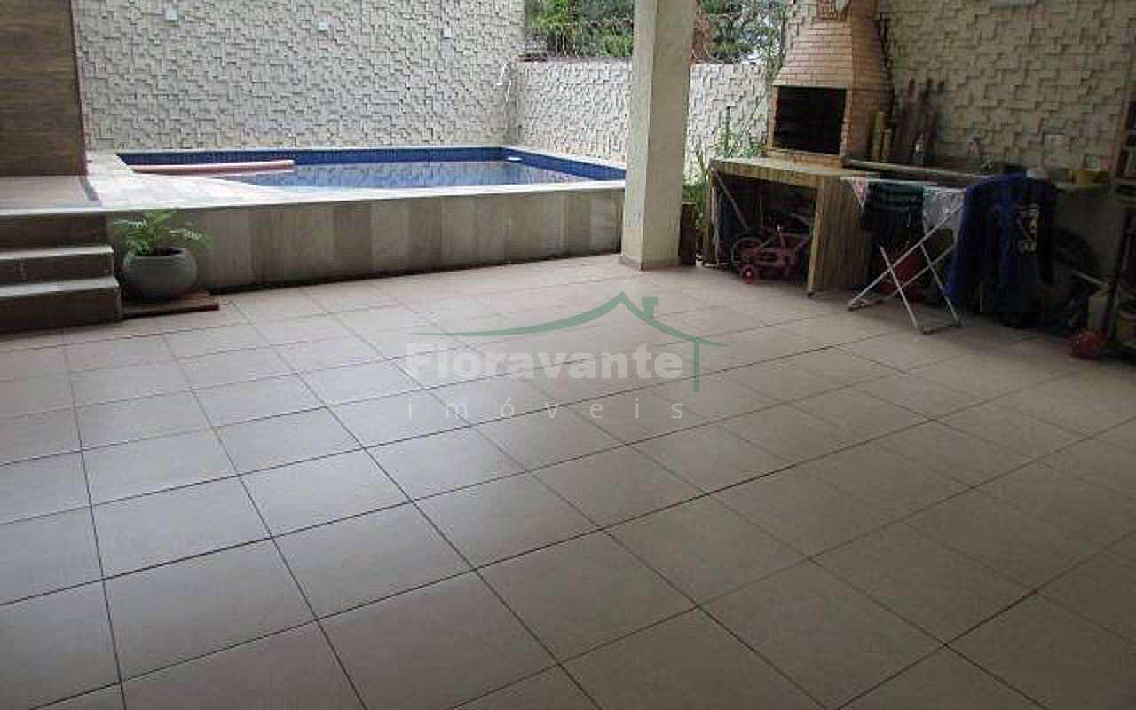 Casa Triplex com 4 dorms. (3 suítes) no Itararé, São Vicente