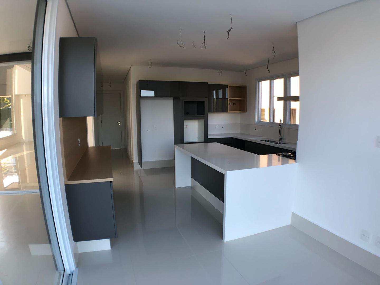 Casa de Condomínio com 4 suítes, nova em Tamboré