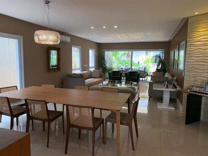 Casa de Condomínio Alphaville com 5 suítes, clean e moderna