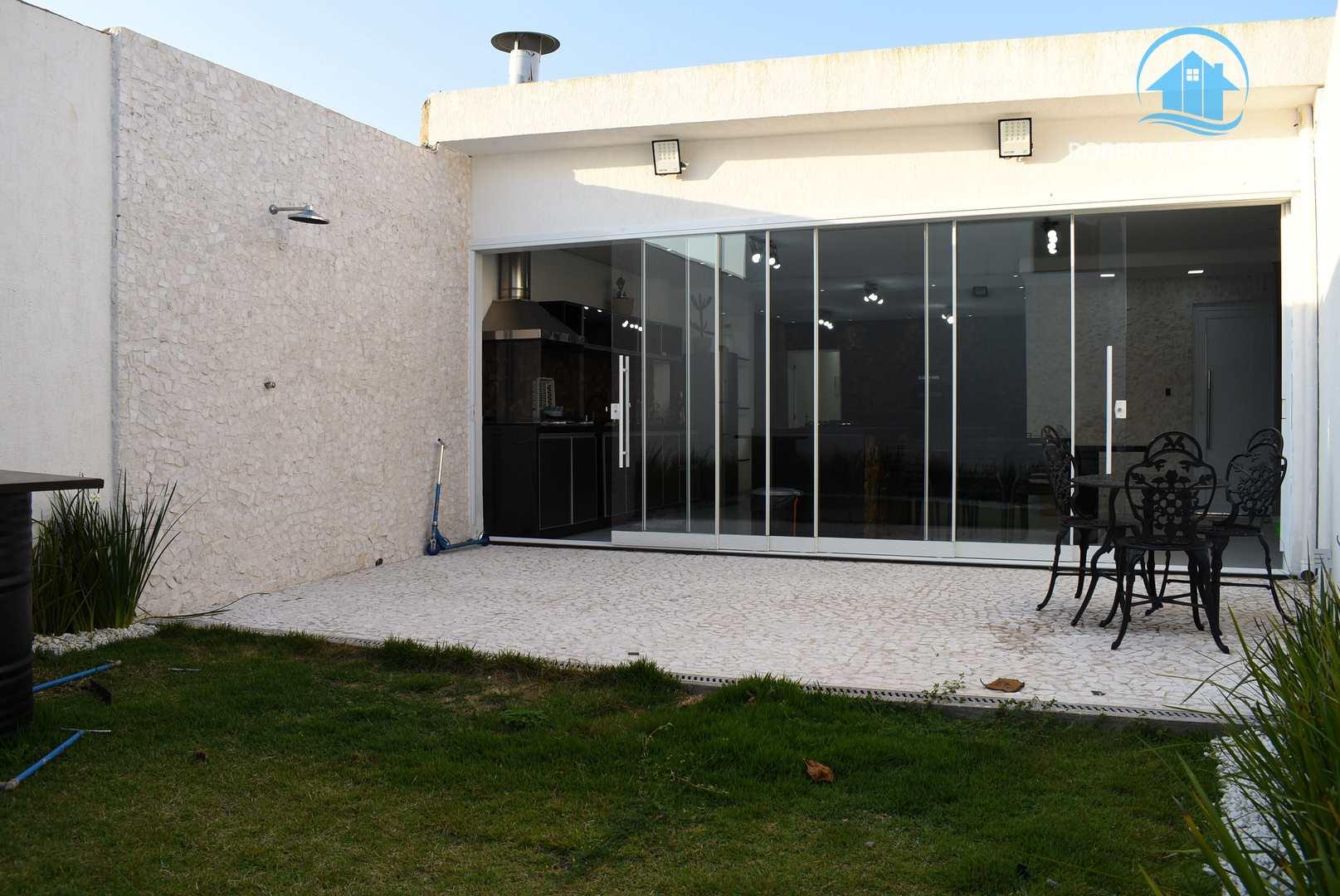 Casa térrea mobiliada à venda no centro de Peruíbe.