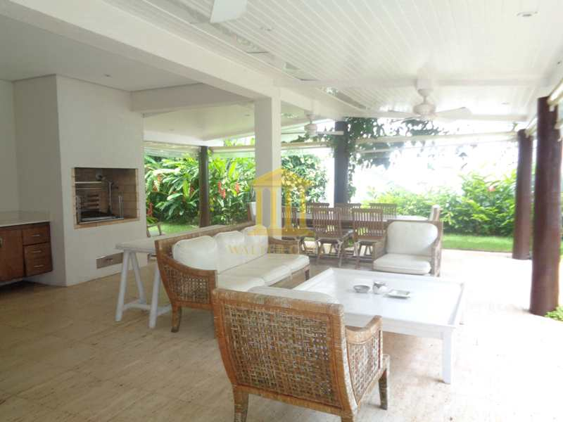 Casa de Praia em Condomínio com 5 Suites, e 3 Vagas de Garagem.