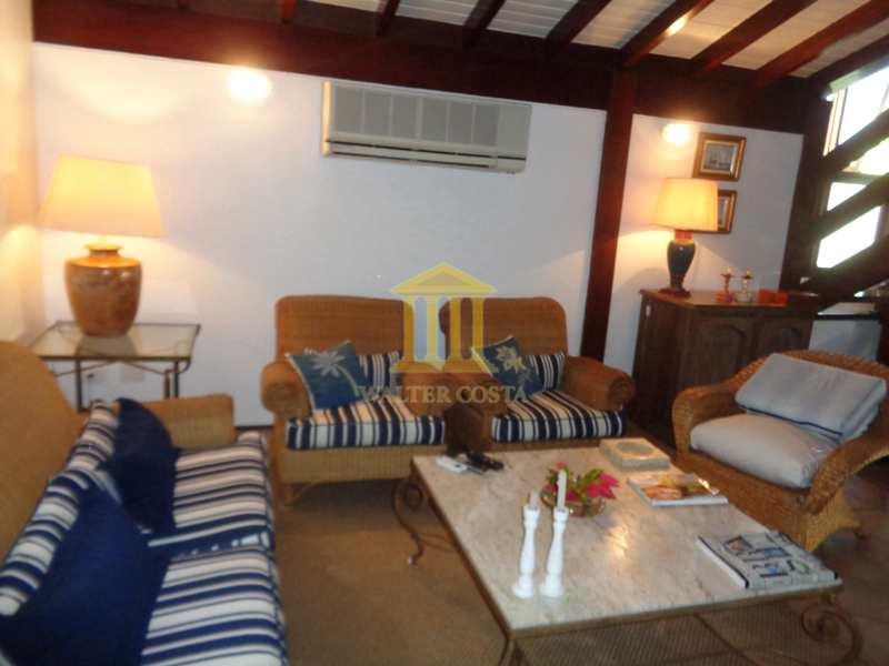 Casa de Praia em Condomínio com 4 Suites em São Sebastião