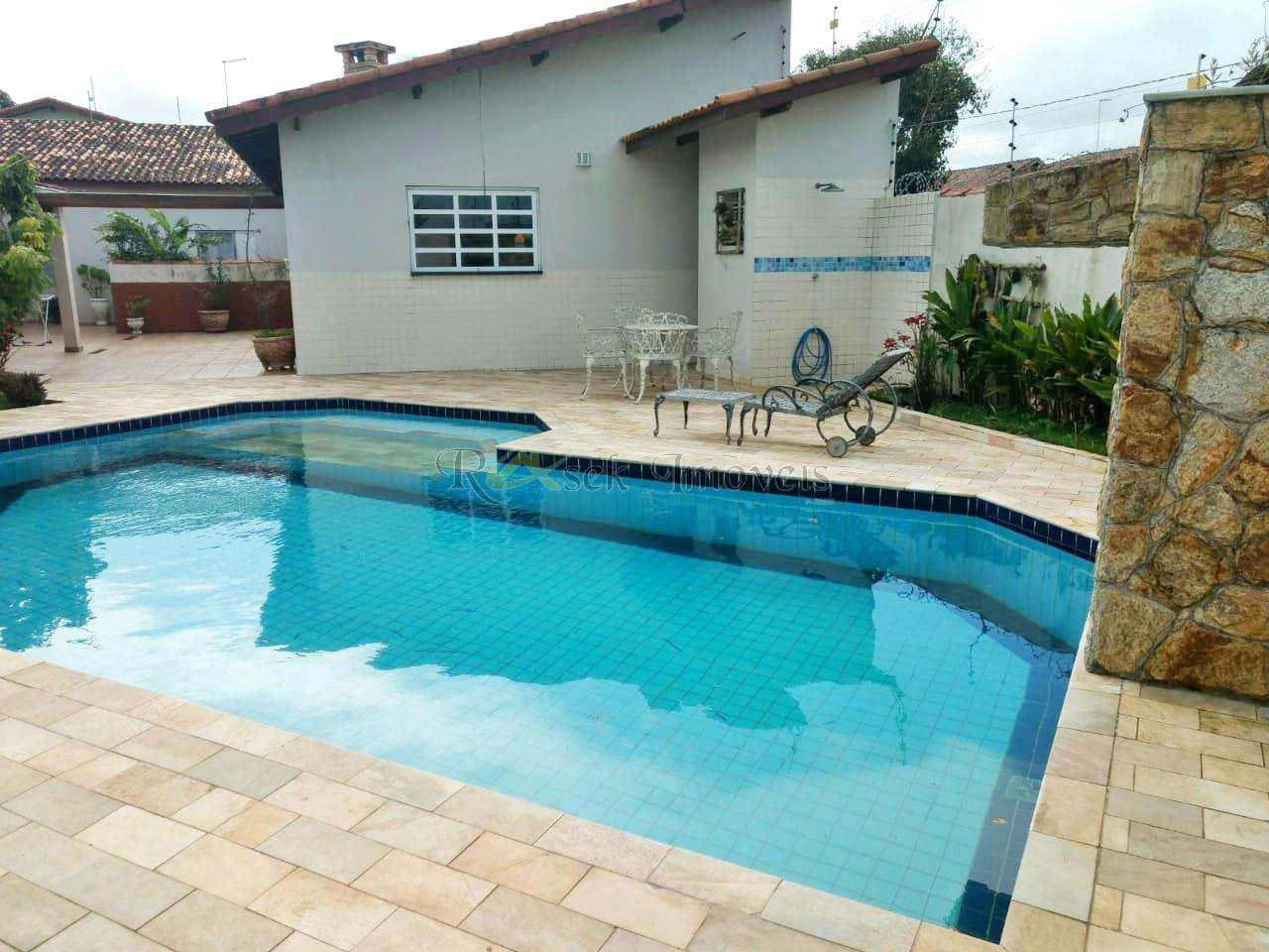 Casa muito ampla com piscina e a 100m da praia - Cod: 154