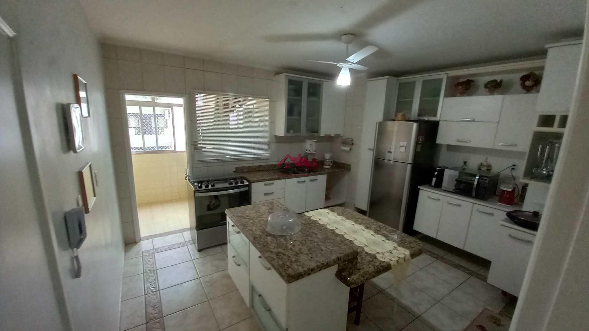Cozinha planejada com ilha de granito