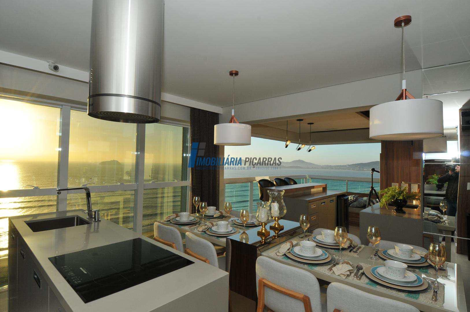 Apartamento com 3 suítes, frente ao Mar, Balneário Piçarras