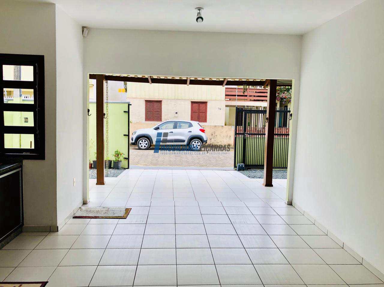 Casa no Centro de Balneário Piçarras (01 suíte + 02 dorm)