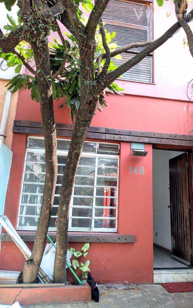 Ótima casa com 2 dormitórios, edícula, quintal e 1 vaga.